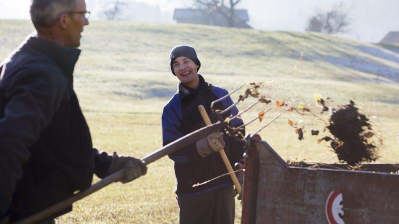 Deux hommes travaillent dans un champs