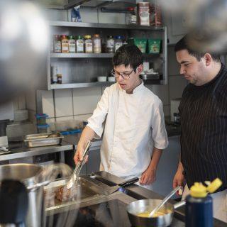 Zwei Männer in einer Küche