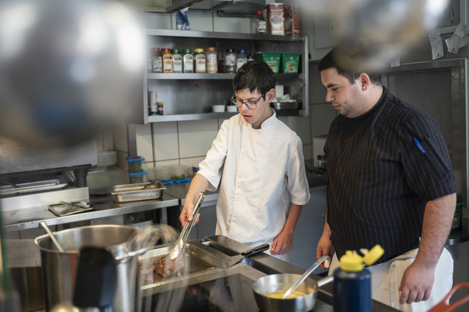 Deux hommes travaillent en cuisine
