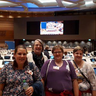 Un groupe de 4 femmes posent dans un hémicycle.