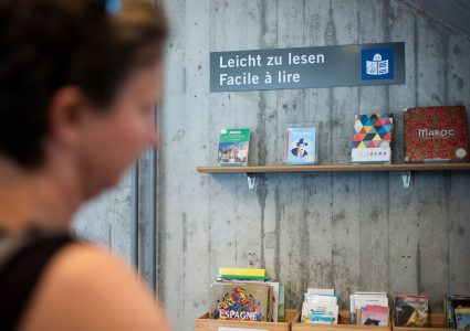 Un panneau indique que les livres exposés sont en FALC