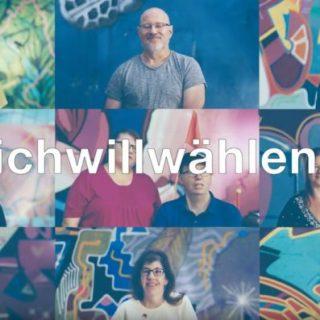 Auf neun kleinen Fotos stehen Personen vor einer bunten Wand.