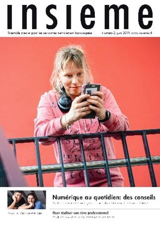 la couverture du magazine insieme met en scène une jeune femme qui utilise son smartphone