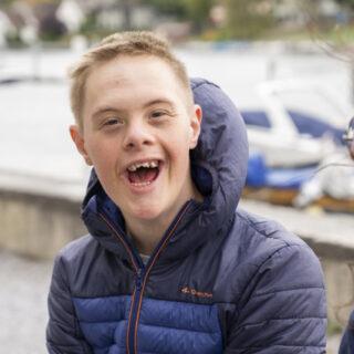Un jeune homme sourit