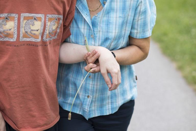 Eine Frau begleitet eine Person