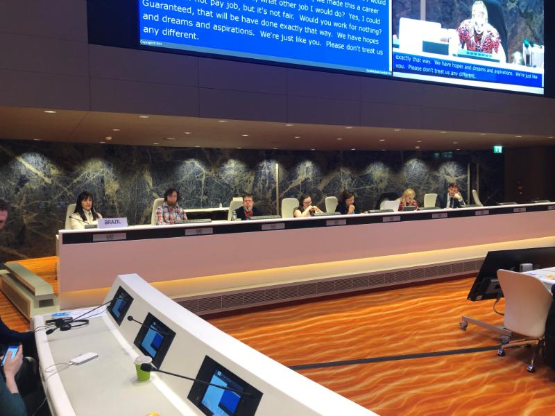 Plusieurs personnes sont assises à une table de conférence à l'ONU.