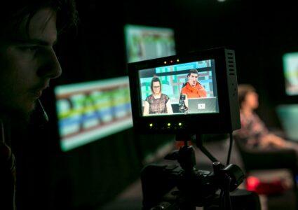 Lors de l'enregistrement, un cameraman contrôle la prise de vue des deux présentateurs de l'émission «Singularités».