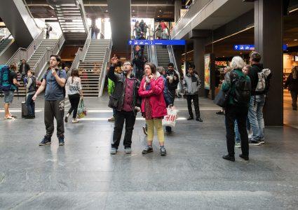 Zwei Junge stehen in einer Bahnhofhalle