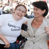 Zwei Frauen lachen zusammen.
