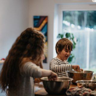 Deux enfants sont en train de cuisiner.