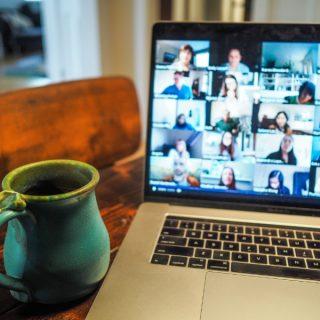 Plusieurs personnes se réunissent dans un espace virtuel.