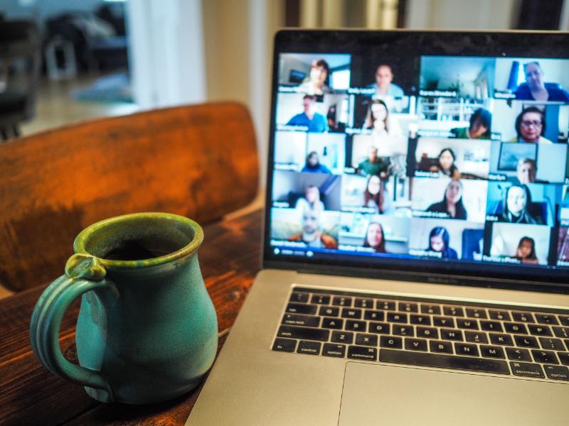 Mehrere Personen treffen sich in einem virtuellen Raum.