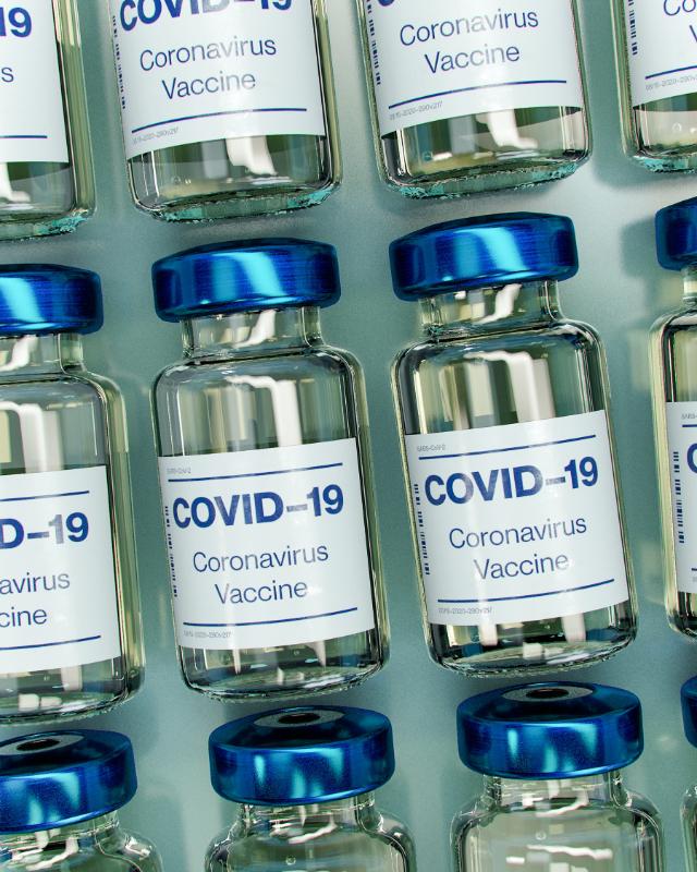 Plusieurs doses de vaccins COVID-19 sont alignées côte à côte.
