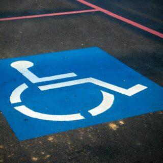 Une place de parkink pour personne avec handicap.