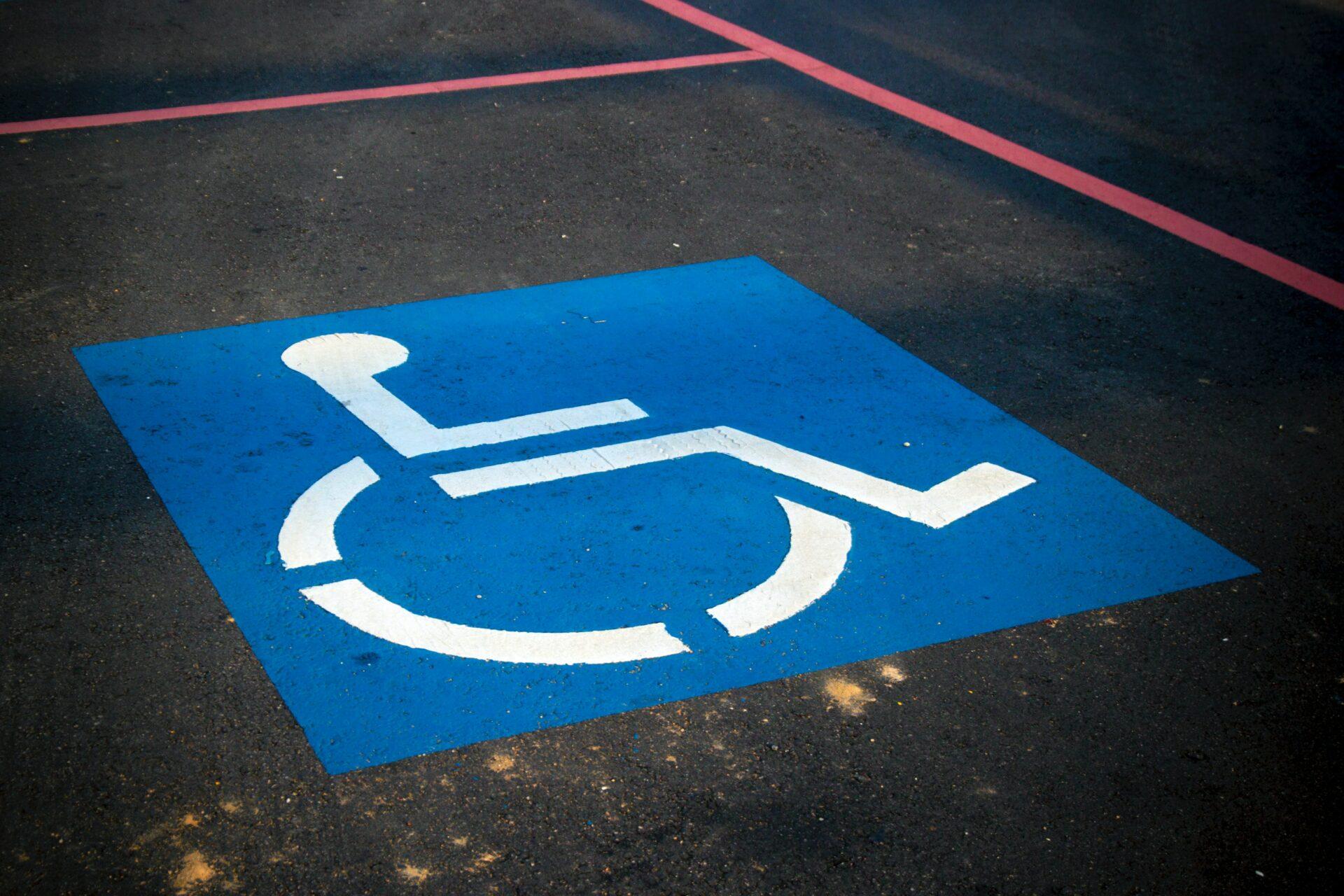 Ein auf den Boden gemaltes Rollstuhl-Logo