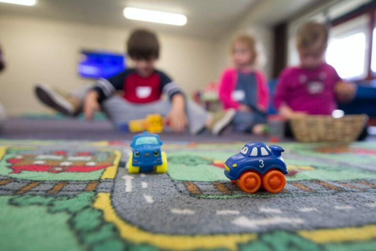DEs enfants jouent en arrière-plan de l'image