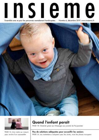 Un jeune enfant joue avec une couverture.