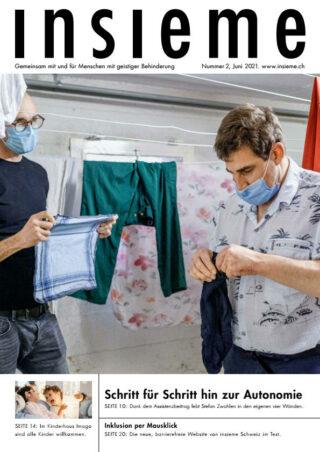 Zwei Männer hängen Wäsche auf.