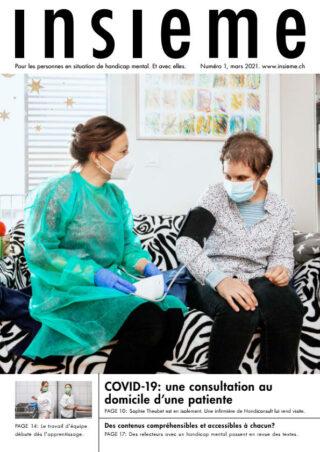 Une infirmière prend la tension d'une femme.