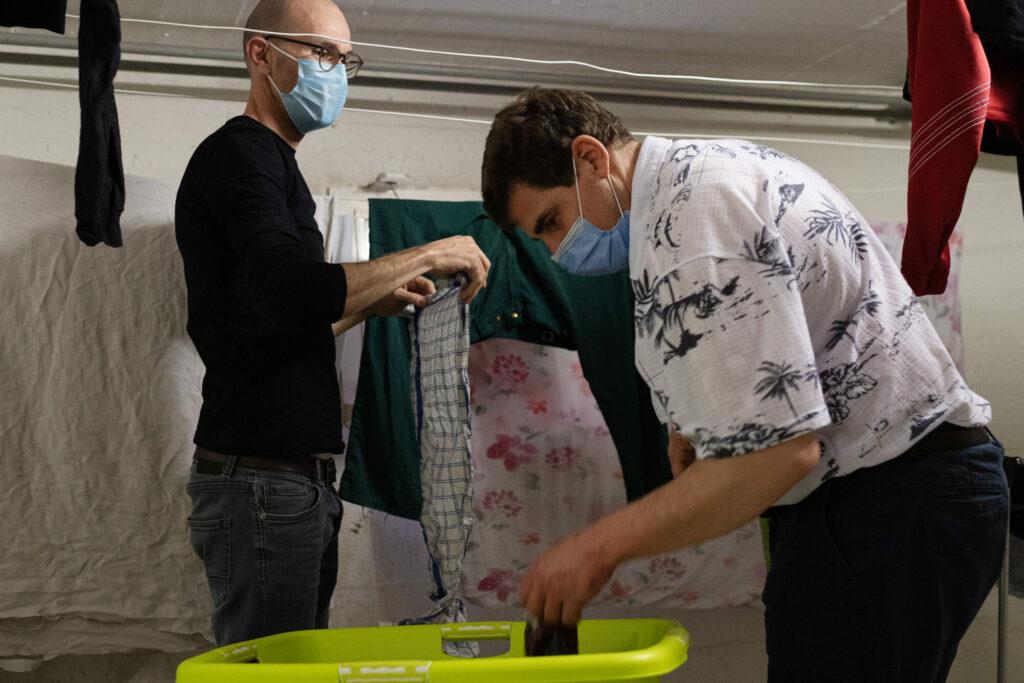 Zwei Männer hängen Wäsche auf