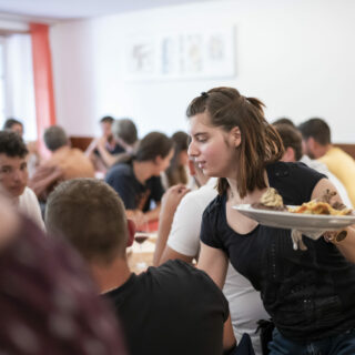 Eine junge Frau serviert in einem Restaurant.