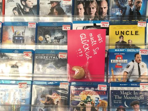 """Postkart e""""Was macht Sie glücklich?""""e im DVD Stand"""